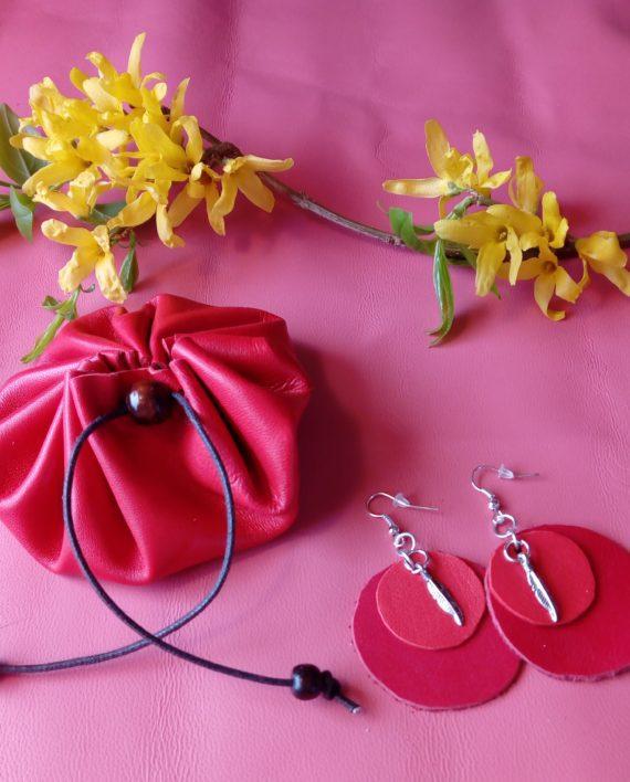 Un regalo con portamonete e orecchini in abbinato